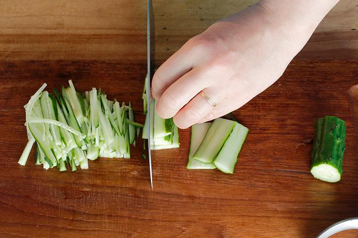 野菜を千切りにする