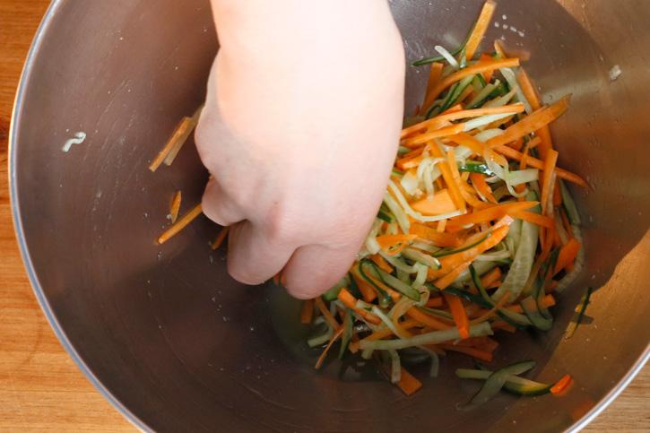 野菜を塩もみする