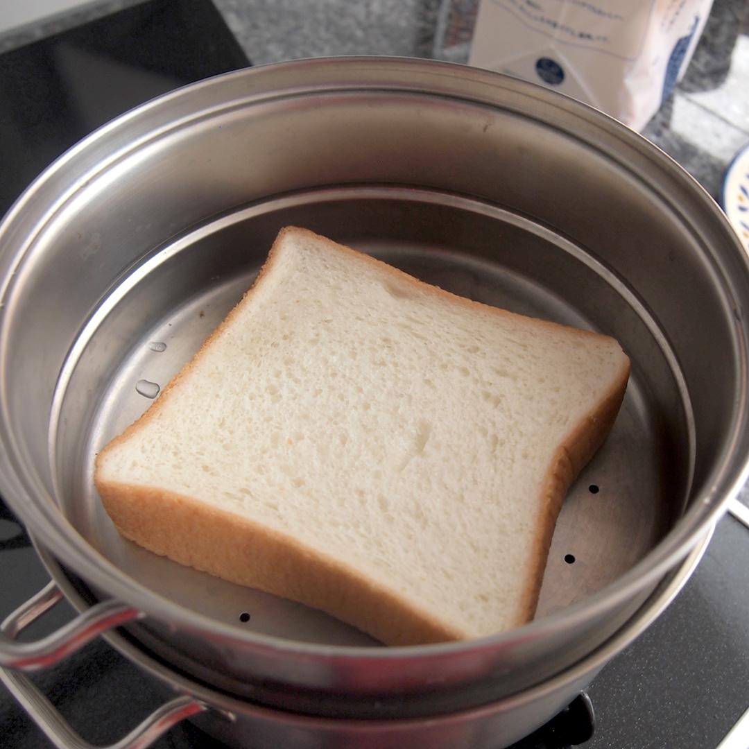 「スチーマー」で食パンを蒸しているところ