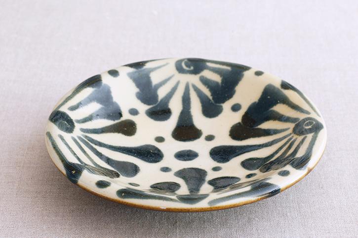 皿 唐草  7寸 呉須釉(ノモ陶器製陶所)
