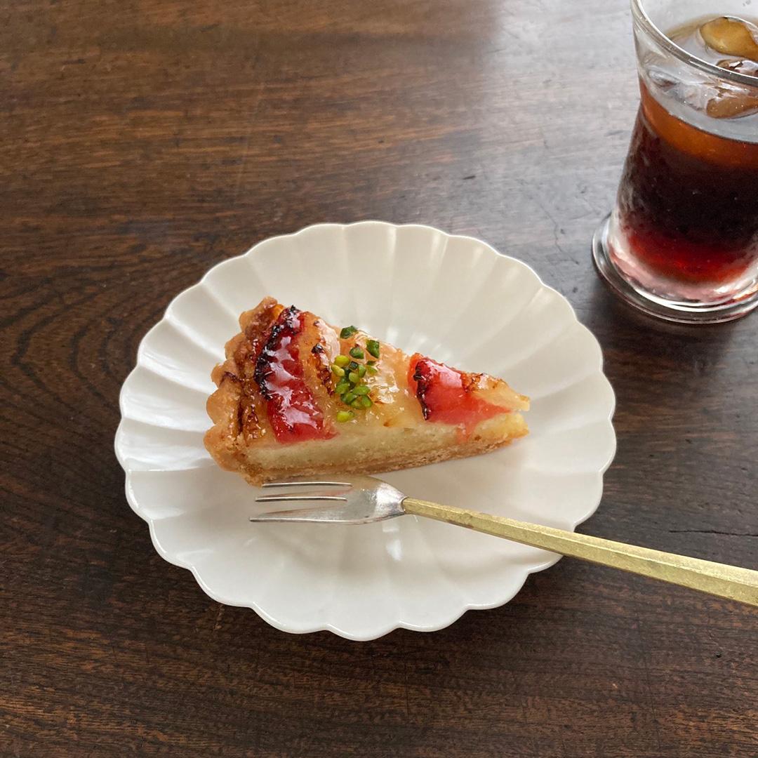 菊皿にフタガミのカトラリーをあわせて